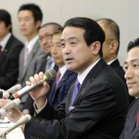 Opposition fracture: Kenji Eda (center) and other lawmakers who left Your Party on Monday hold a press conference the same day. | KYODO