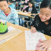 Outside the box: Fourth-graders at Koyamadai Elementary School in Tokyo play a game in English on Dec. 5. | YOSHIAKI MIURA