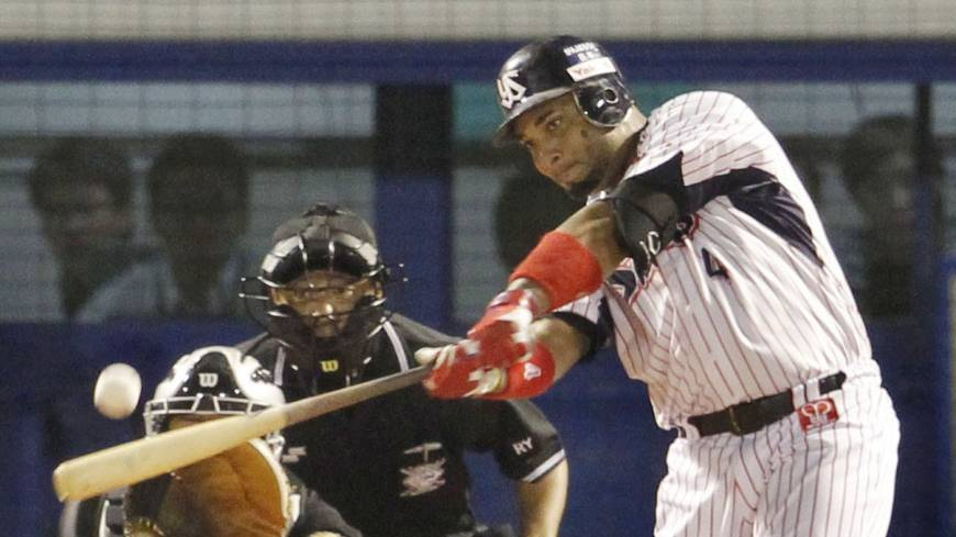 Tokyo Yakult's Wladimir Balentien  hits his 60th home run of the season against the Hanshin Tigers in September. kyodo