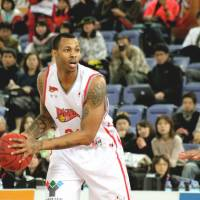 Veteran poise: Former Hamamatsu star Jeff Parmer, the 2010-11 regular-season MVP, has helped transform Shinshu into a strong playoff contender this season. | HIROAKI HAYASHI