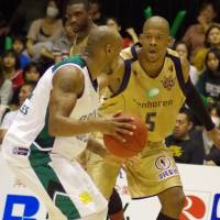 Star presence: Ryukyu's Anthony McHenry, seen defending Saitama's John  Humphrey in a game last season, earned the bj-league's 2012-13 regular-season  MVP honors. | HANA SUZUKI