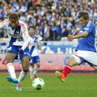 No more room for error: Last weekend's 2-0 loss against Albirex Niigata cost Yuzo Kobayashi (right) and Yokohama F. Marinos a chance to wrap up the J. League title early. | KYODO