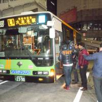 Nightspot shuttle: All-night bus service between Shibuya and Roppongi starts in the early hours of Dec. 21. | TOMOHIRO OSAKI