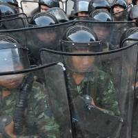 Government guard: Thai soldiers stand guard during anti-government protests at Government House in Bangkok on Sunday. | AFP-JIJI