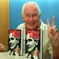 Banking on notoriety: Fugitive Ronnie Biggs, notorious for his role in the 1963 Great Train Robbery in England, flashes a victory sigh in 1994 while presenting his autobiography 'Odd Man Out' to the press in Rio de Janeiro. It was reported Wednesday in England that Biggs has died at age 84. | AFP-JIJI
