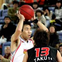 Skilled veteran: Hamamatsu Higashimikawa Phoenix guard Masahiro Oguchi, seen loking to pass in a game against the Osaka Evessa last season, scores 23 points in Sunday's 93-75 win over the Shinshu Brave Warriors. | HIROAKI HAYASHI