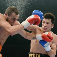 Second fight, second win: Middleweight Ryota Murata improves to 2-0 as a pro boxer, beating David Peterson on Friday at Ryogoku Kokugikan on an eight-round technical knockout. | KYODO