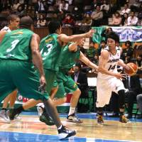 Starring role: Aisin's Kosuke Kanamaru scores 21 points in the SeaHorses' 78-76 win over Toyota Motors Alvark on Friday night. | KAZ NAGATSUKA