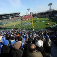 Annual tradition: The Koshien Bowl, including the 2011 contest featuring Kwansei Gakuin University and Nihon University shown here, attracts big crowds every December. | P-TALK