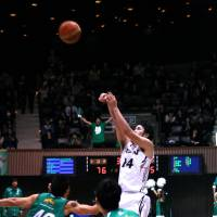 Final act: Aisin's Kosuke Kanamaru launches the game-winning 3-pointer against Toyota Motors on Friday night. The shot sailed through the net with 1.4 seconds remaining. | KAZ NAGATSUKA