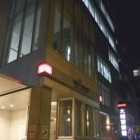 No laughing matter: Aum fugitive Makoto Hirata couldn't find the entrance to the Metropolitan Police Department in Osaki on Dec. 31, 2011. | KYODO