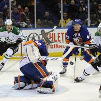 Tavares leads Isles to victory