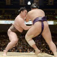 Kisenosato suffers defeat on tournament's first day