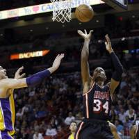 Bosh dominates in key stretch for Heat