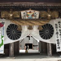 The majestic entrance gate to the Hongu Grand Shrine near Oyunohara. | ALON ADIKA