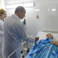 VIP visitor: President Vladimir Putin comforts a victim of one of the past week's two terrorist attacks in Volgograd at a clinic on Wednesday. | AFP-JIJI