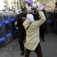 Explosive situation: A woman confronts a Turkish riot policeman during a protest in Istanbul on Thursday. | AFP-JIJI
