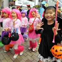 Satisfaction not guaranteed: Children take part in the 17th annual Kawasaki Halloween Kids Parade last October. A major study released Monday says parents globally reported more ups and downs than the childless. | YOSHIAKI MIURA