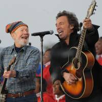 American troubadours: U.S. singers Pete Seeger (left) and Bruce Springsteen perform during the 'We Are One' Inaugural Celebration at the Lincoln Memorial in January 2009 in Washington. Seeger, known for renditions of such songs as 'If I Had a Hammer' and 'Where Have All the Flowers Gone,' died Monday at the age of 94. | AFP-JIJI