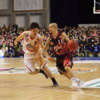 Leading the way: West guard Cohey Aoki of Fukuoka drives on East guard Shigehiro Taguchi in the bj-league's 2013-14 All-Star Game on Sunday in Akita. Aoki made his eighth All-Star start, the most in league history. | TAKASHI SATO