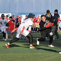 Final tally: Keio University (white) beat Kobe University 20-0 in the final of the Huddle Bowl on Sunday at Yokohama Stadium. | HIROSHI IKEZAWA
