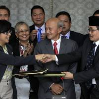 Philippines, Muslim rebels clinch peace deal to end 40-year insurgency