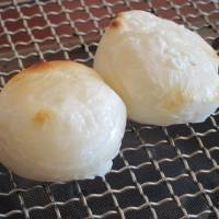 Mochi or pounded rice cakes are a staple of the new year. They are also used as offerings to the gods, to ask them for good things in the year ahead. | MAKIKO ITOH, MICHIKO EBINA