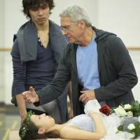 Master class: John Neumeier schools Juliet (Kanako Oki) in seeming death as Romeo (Dan Tsukamoto) looks on. | SHINJI HOSONO PHOTO