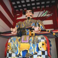 Flights attendant: One of the yatori (archer) statues guarding the main gate of Dazaifu Shrine. | ANGELES MARIN CABELLO PHOTO