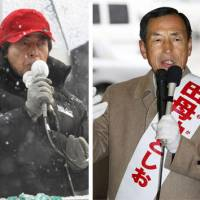 Gubernatorial candidates — former health minister Yoichi Masuzoe, former Prime Minister Morihiro Hosokawa, former Air Self-Defense Force chief Toshio Tamogami, 65, and Kenji Utsunomiya, 67, the former head of the Japan Federation of Bar Associations — make their final campaign speeches in a snow-covered Tokyo Saturday. | KYODO