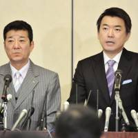 Forcing the issue: Osaka Mayor Toru Hashimoto (right) attends a press conference announcing his resignation Monday, attended by his political ally, Osaka Gov.  Ichiro Matsui. | KYODO