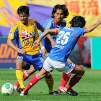 New horizons: Vegalta Sendai striker Atsushi Yanagisawa (left) believes new manager Graham Arnold can be a success in the J. League. | KYODO