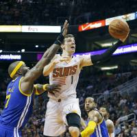 Dragic heats up late; Suns defeat Warriors