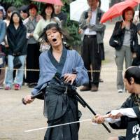 Die another day: Seasoned kirare-yaku Seizo Fukumoto demonstrates the venerable art of being put to the sword for a historical drama show at Toei Kyoto Studio Park in 2006. | KYODO