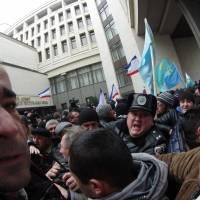 Pro-Russian and pro-European Union activists brawl outside the Crimean regional parliament in Simferopol the same day.  | AFP-JIJI