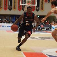 Keep it moving: Yokohama's Marcus Simmons drives to the basket against Tokyo on Sunday in Ebina, Kanagawa Prefecture. The Cinq Reves defeated the B-Corsairs 74-71. | TAKASHI SATO