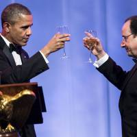 Sip and flit: U.S. President Barack Obama and French President Francois Hollande toast each other during a state dinner at the White House on Tuesday. | AFP-JIJI