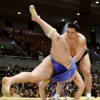 Yokozuna Harumafuji forces down Mongolian countryman Tamawashi on the third day of the Spring Grand Sumo Tournament. | KYODO