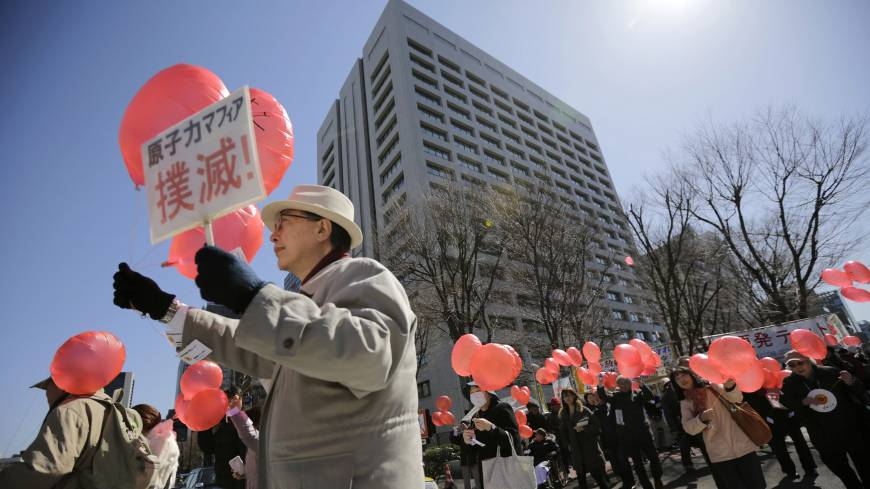 Anti-nuclear protesters hold balloons as they take part in a rally in front of the Ministry of Economy, Trade and Industry in central Tokyo on Tuesday.