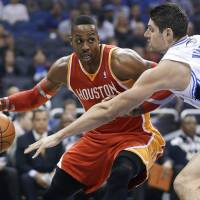 Howard helps lift Rockets to win over Magic
