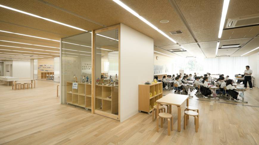 Space counts: For the interior of Teikyo Elementary School, architect Kengo Kuma has embraced an open-plan design that allows a general level of noise to permeate the classrooms. This kind of design is said to alleviate nervousness.