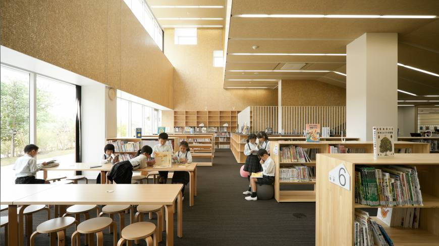 The use of wood in the library and other areas of Teikyo Elementary School is meant to harken back to a time when most of Japan's schools were wooden. Architect Kengo Kuma took the idea straight from his own scholastic experience.