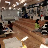 Students make use of the innovative learning environment at Mihama Utase. | RYOKO KURAKAZU