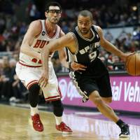 Seven straight wins: San Antonio's Tony Parker drives past Chicago's Kirk Hinrich in first half action on Tuesday night. The Spurs ran past the Bulls 104-96. | AP