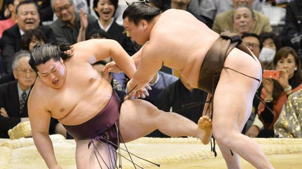 Kakuryu beaten by Okinoumi