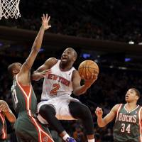 Knicks run win streak to six as Jackson's shadow looms