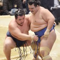 Spring success: Kakuryu (left) wins the Spring Grand Sumo Tournament title, going 14-1 and finishing off the 15-day meet by beating Kotoshogiku on Sunday. | KYODO