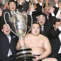 Hard-earned trophy: Kakuryu defeated yokozuna Harumafuji and Hakuho during the Spring Grand Sumo Tournament. | KYODO