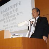Chuo University professor emeritus Tetsuya Fujimoto speaks at a conference on rehabilitating offenders. | KYODO