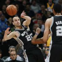 Spurs roll to 16th consecutive win